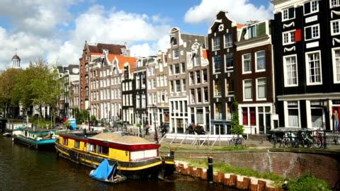 amsterdam-häuser mit schiffen, schwenken - schwenk stock-videos und b-roll-filmmaterial