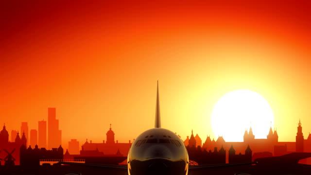 amsterdam niederlande passagierflugzeug ausziehen skyline goldener hintergrund - abheben aktivität stock-videos und b-roll-filmmaterial