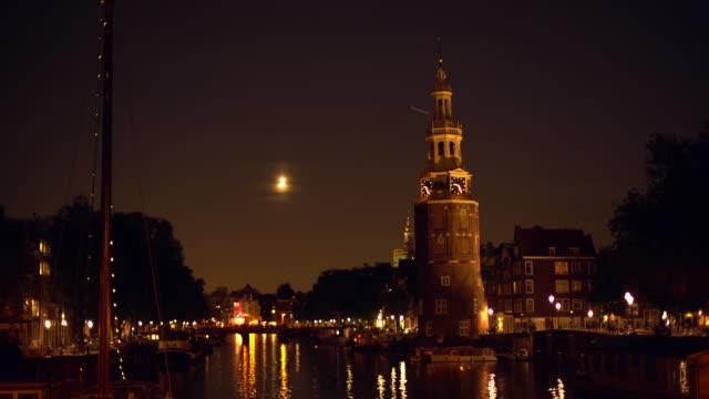 運河と古いタワーを持つアムステルダムのスカイライン、パンニング - オランダ点の映像素材/bロール