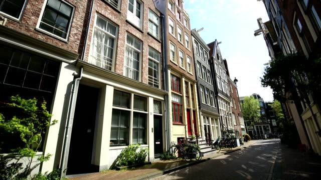 typische häuser in amsterdam street - doppelhaus stock-videos und b-roll-filmmaterial