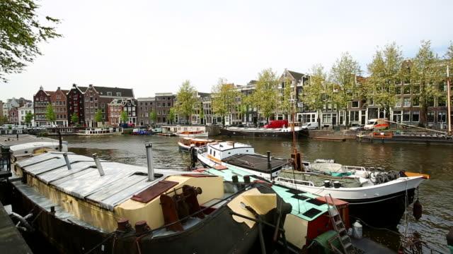 船と運河を持つアムステルダム - 環状運河地区点の映像素材/bロール