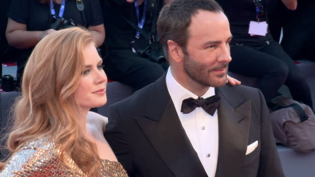 vídeos de stock, filmes e b-roll de amy adams tom ford at 'nocturnal animals' red carpet 73rd venice film festival at palazzo del cinema on september 02 2016 in venice italy - tom ford