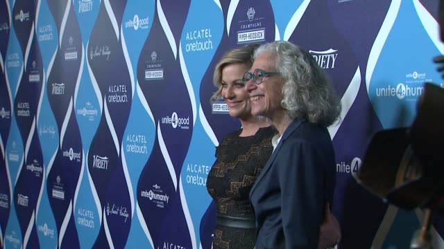 amy poehler and dr jane aronson at the 2nd annual unite4humanity presented by alcatel onetouch on february 19 2015 in beverly hills california - オスカーパーティー点の映像素材/bロール