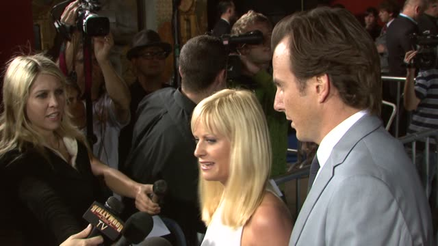 amy poehler and will arnett at the 'blades of glory' premiere at grauman's chinese theatre in hollywood, california on march 28, 2007. - ウィル アーネット点の映像素材/bロール