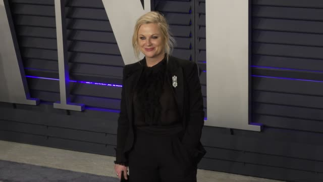 amy poehler at 2019 vanity fair oscar party hosted by radhika jones at wallis annenberg center for the performing arts on february 24, 2019 in... - エイミー・ポーラー点の映像素材/bロール