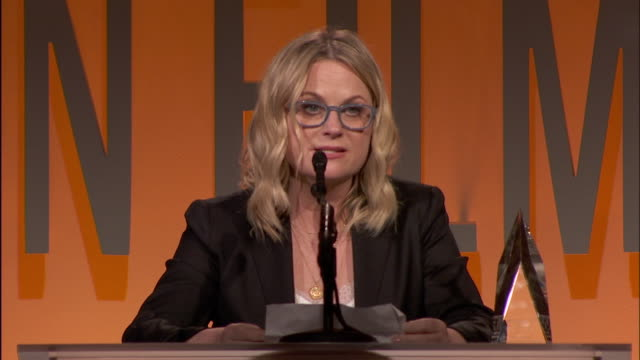 amy poehler at 2019 women in film annual gala presented by max mara with additional support from partners delta air lines and lexus at the beverly... - エイミー・ポーラー点の映像素材/bロール