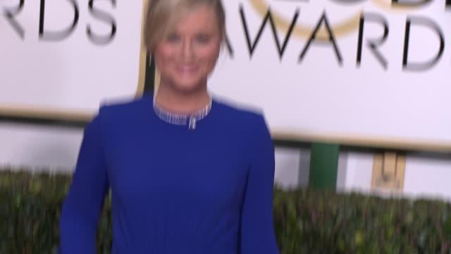 amy poehler at the 72nd annual golden globe awards - arrivals at the beverly hilton hotel on january 11, 2015 in beverly hills, california. - エイミー・ポーラー点の映像素材/bロール