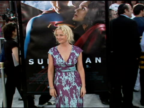 amy poehler at the 'superman returns' premiere at the mann village theatre in westwood, california on june 21, 2006. - エイミー・ポーラー点の映像素材/bロール