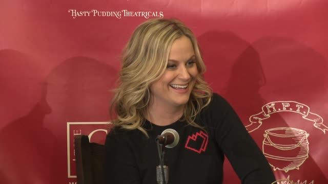 amy poehler gives advice to students in college pursuing comedy, says she followed the paths of people she admired, at the hasty pudding theatricals... - エイミー・ポーラー点の映像素材/bロール