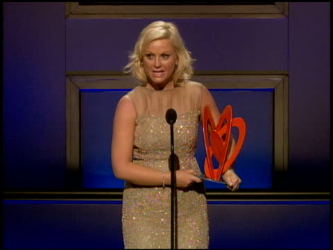 amy poehler jokes about president clinton and maya angelou 'opening for' her. at the glamour magazine 2009 women of the year honors at new york ny. - エイミー・ポーラー点の映像素材/bロール