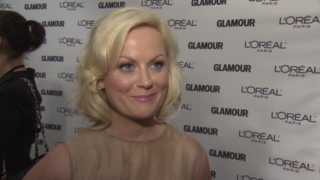 amy poehler jokes that she always walks red carpets monday nights. on being honored tonight, how great that feels. on not having a moment she thought... - エイミー・ポーラー点の映像素材/bロール