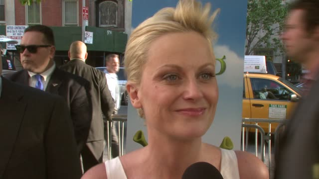 amy poehler on playing with a strong cast of females, reuniting with other snl members, and looking forward to seeing her work on screen at the new... - エイミー・ポーラー点の映像素材/bロール