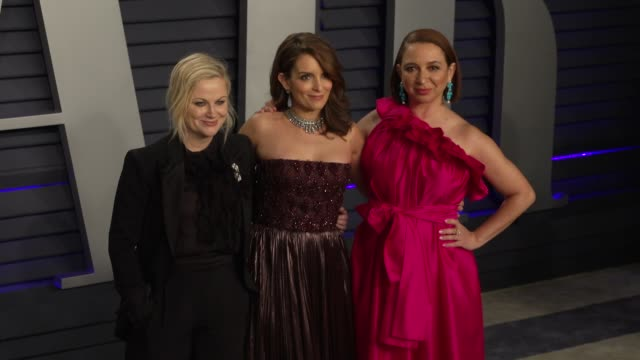 vídeos y material grabado en eventos de stock de amy poehler tina fey and maya rudolph at 2019 vanity fair oscar party hosted by radhika jones at wallis annenberg center for the performing arts on... - tina fey