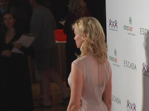 vidéos et rushes de amy smart at the step up womens network inspiration awards sponsored by escada at beverly hilton hotel in beverly hills, california. - the beverly hilton hotel