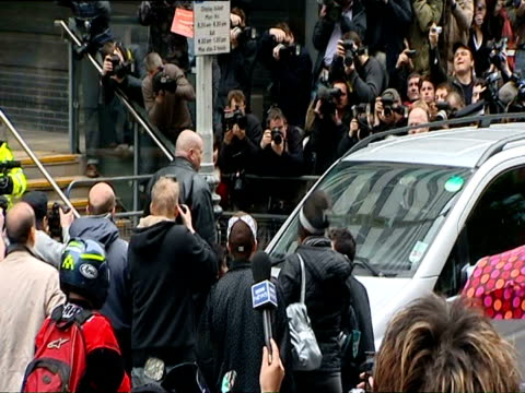 vídeos y material grabado en eventos de stock de amy winehouse being escorted into police station to face assault charges on april 25 2008 / london england/ audio - rodear