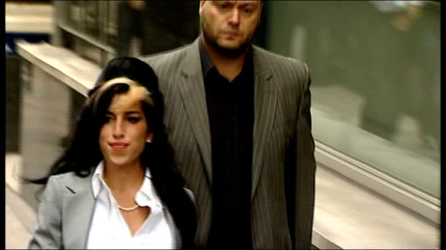 friends and fans pay tribute; 24.7.2009 ext amy winehouse arriving for court appearance at horseferry road magistrates' court - itv london tonight weekend stock-videos und b-roll-filmmaterial