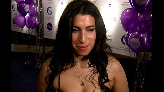 friends and fans pay tribute; 27.5.2004 amy winehouse interview sot - i ain't got no words man - amy winehouse stock-videos und b-roll-filmmaterial