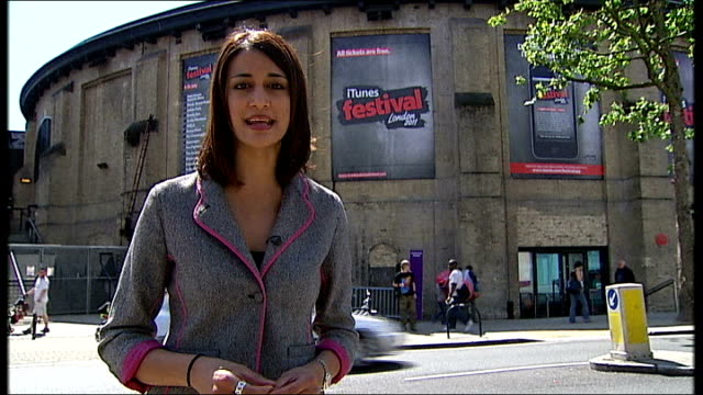 friends and fans pay tribute; london: reporter to camera sot - amy winehouse stock-videos und b-roll-filmmaterial