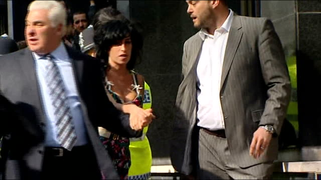 coroner records verdict of misadventure r17030905 westminster magistrates' court ext mitch winehouse and amy along from court after her appearance on... - 登場点の映像素材/bロール