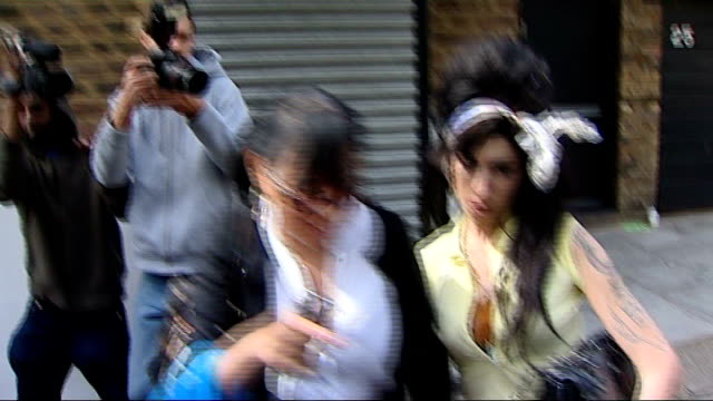 amy winehouse found dead at her home; t25040819 england: london: ext amy winehouse along from her house through press scrum to car - amy winehouse stock-videos und b-roll-filmmaterial