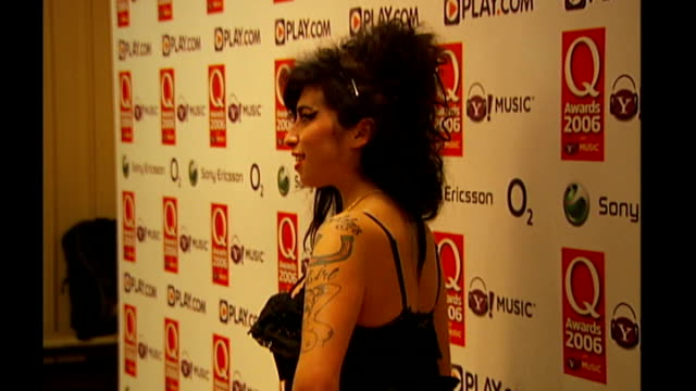 amy winehouse foundation's first fundraising event; r30100608 / london: amy winehouse posing at the q music awards - amy winehouse stock-videos und b-roll-filmmaterial