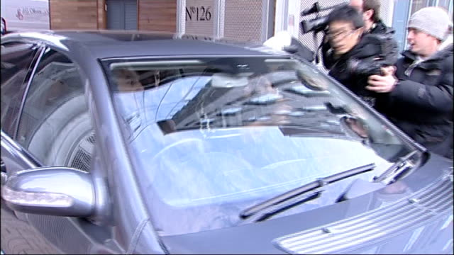amy winehouse visits rehab clinic after being caught apparently smoking crack cocaine; east london: winehouse in back of car surrounded as press... - amy winehouse stock-videos und b-roll-filmmaterial
