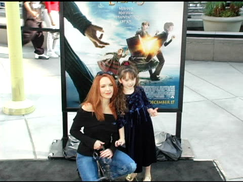 vídeos de stock, filmes e b-roll de amy yasbeck and daughter stella at the 'lemony snicket's a series of unfortunate events' world premiere at the cinerama dome at arclight cinemas in... - amy yasbeck