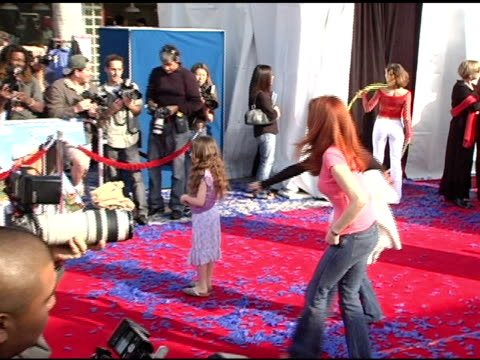 vídeos de stock, filmes e b-roll de amy yasbeck and daughter stella at the 'robots' world premiere at the mann village theatre in westwood california on march 6 2005 - amy yasbeck