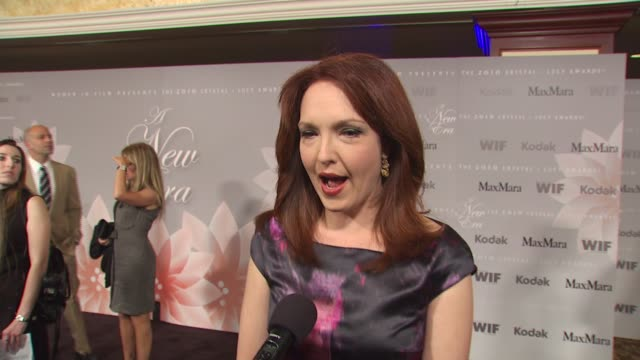 vídeos de stock, filmes e b-roll de amy yasbeck on wearing maxmara and what she loves about her dress what she appreciates about the work women in film does at the 2010 women in film... - amy yasbeck