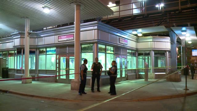 vidéos et rushes de wgn an 18yearold male was shot and killed near the cta pink line station near 21st and pulaski in chicago's lawndale neighborhood thursday on july 20... - métro de chicago