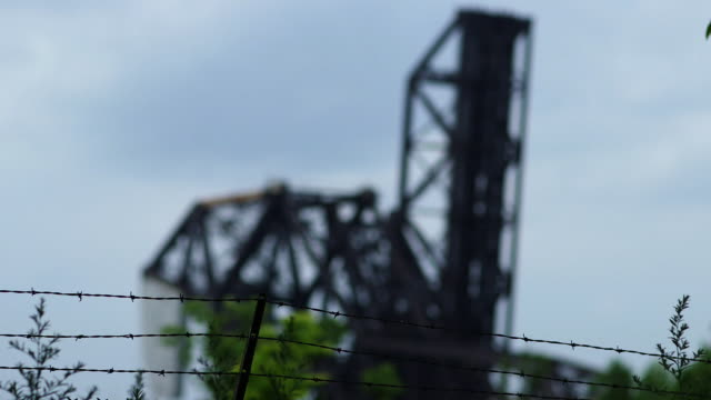 vídeos de stock, filmes e b-roll de an abandoned drawbridge in chicago - drawbridge