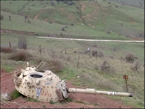 an abandoned military tank occupies a former battlefield in golan heights. - militärisches landfahrzeug stock-videos und b-roll-filmmaterial