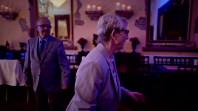 vídeos de stock, filmes e b-roll de an active senior couple is dancing during a birthday party - jovem de espírito