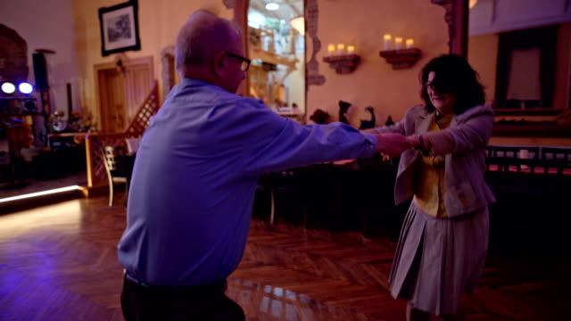 vidéos et rushes de an active senior is dancing during a birthday party - jeune d'esprit