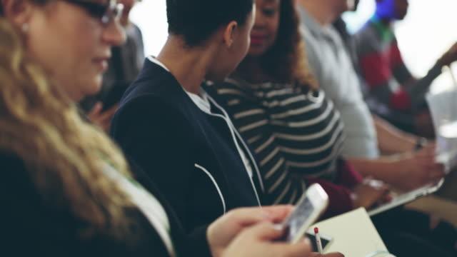vídeos y material grabado en eventos de stock de es una audiencia activamente participando un público feliz - congreso de negocios