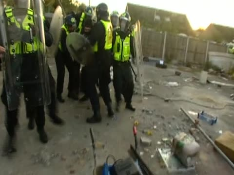 an activist fights as he is caught by the police during the eviction of travellers in dale farm - デールファーム点の映像素材/bロール