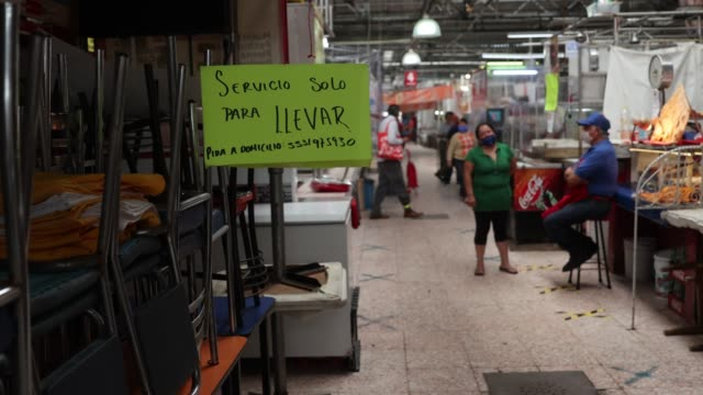 vídeos de stock e filmes b-roll de an advertisement stating that only take-away sales are made at martínez de la torre market on may 18, 2020 in mexico city, mexico. after three weeks... - comida de viagem