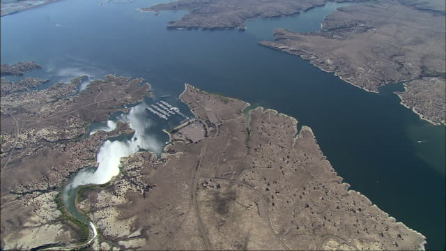 an aerial of lake mead interrupts the nevada and arizona deserts. - lake mead video stock e b–roll