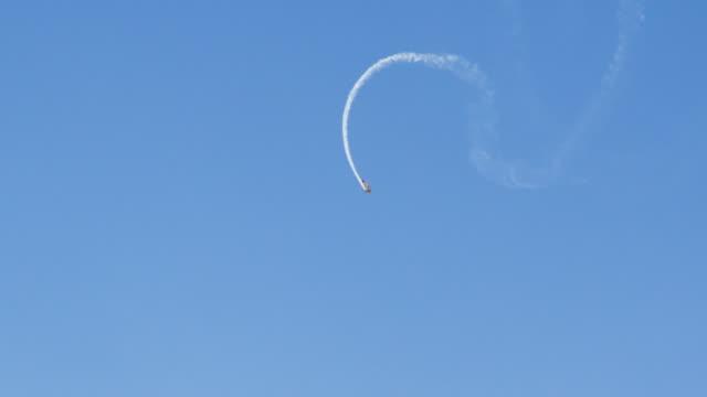 vidéos et rushes de an aerial plane show - exploit sportif