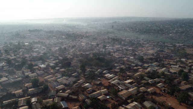 vídeos de stock e filmes b-roll de an aerial shot from a drone flying over a town in malawi africa on october 3 2018 - aerial or drone pov or scenics or nature or cityscape