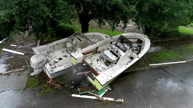 vídeos y material grabado en eventos de stock de an aerial shot from a drone showing a boat beached on the sidewalk in the aftermath of hurricane florence on september 15, 2018 in new bern, north... - environment or natural disaster or climate change or earthquake or hurricane or extreme weather or oil spill or volcano or tornado or flooding