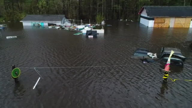 vídeos y material grabado en eventos de stock de an aerial shot from a drone showing cars and homes submerged in flood waters after hurricane florence on september 16, 2018 in wilmington, north... - environment or natural disaster or climate change or earthquake or hurricane or extreme weather or oil spill or volcano or tornado or flooding