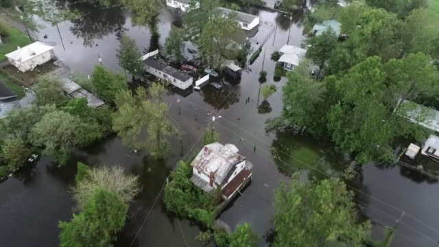 vídeos y material grabado en eventos de stock de an aerial shot from a drone showing flooding hurricane florence on september 15, 2018 in new bern, north carolina. - environment or natural disaster or climate change or earthquake or hurricane or extreme weather or oil spill or volcano or tornado or flooding