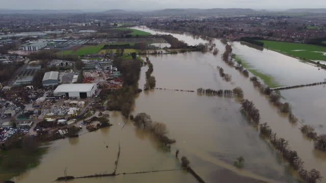 an aerial view of a fields submerged by flood water on january 22,2021 in herefordshire, england. heavy rainfall coupled with rapid snow melt causes... - herefordshire bildbanksvideor och videomaterial från bakom kulisserna