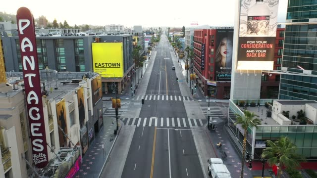 vidéos et rushes de an aerial view of a nearly empty hollywood boulevard amid the coronavirus covid19 pandemic on may 17 2020 in los angeles california - hollywood boulevard
