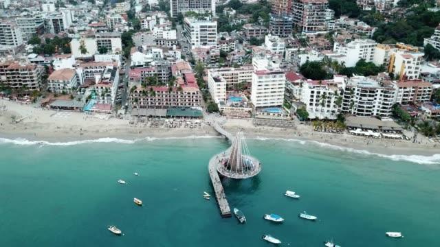 メキシコのムエレ桟橋とプエルト・バヤルタの都市、エル・マレコン遊歩道の空中風景 - 湾点の映像素材/bロール