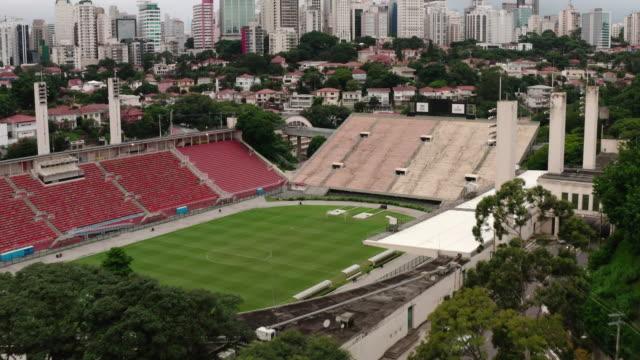 vidéos et rushes de an aerial view of pacaembu stadium in sao paulo. brazil. - sao paulo