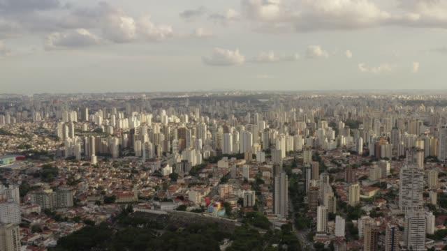 an aerial view of sunset hitting the buildings of sao paulo. brazil. - south america 個影片檔及 b 捲影像