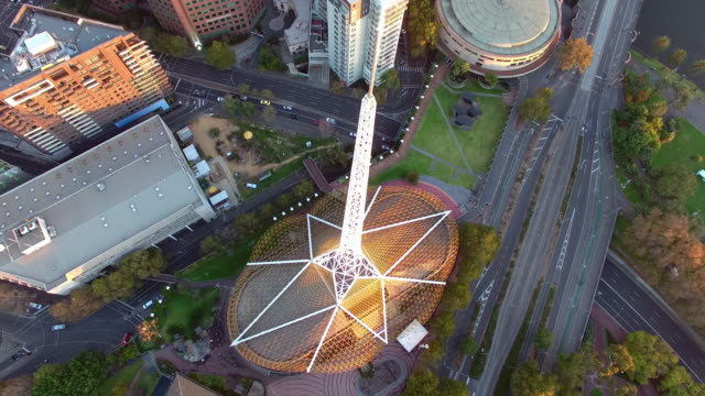 vídeos y material grabado en eventos de stock de an aerial view of the arts centre melbourne at sunrise. - david ewing