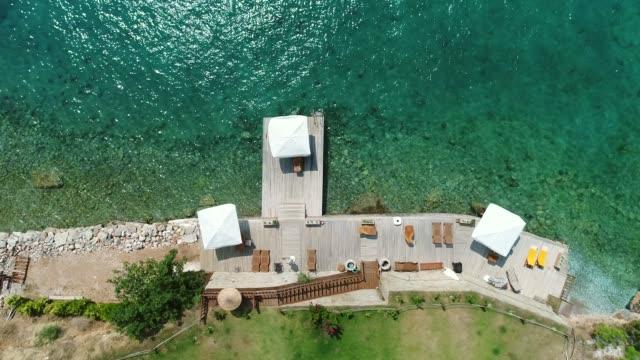 Eine Luftaufnahme vom Strand im Sommer